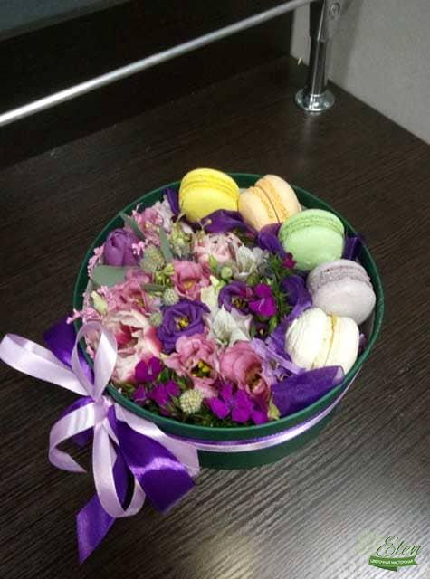 Коробка с макарунами и цветами Сластёна