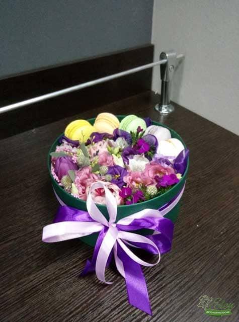 Коробка с макарунами и цветами Сластёна - доставка по Киеву