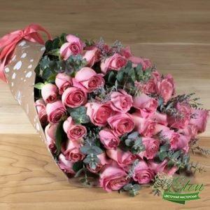 Букет из 51 розовой розыпорадует получателя в любое время года.