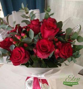 Букет из 11 красных голландских роз отличный весенний комплимент от наших флористов.