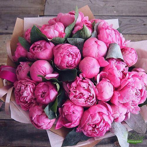 Букет из 25 розовых пионовпринесет весеннее настроение на ваш праздник.