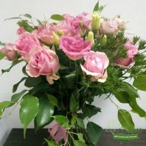 Букет из голландских роз и эустомыотличный весенний комплимент от наших флористов.