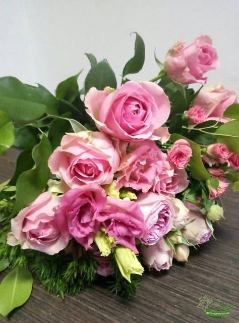 букет из голландских роз и эустомы от цветочной мастерской Элен
