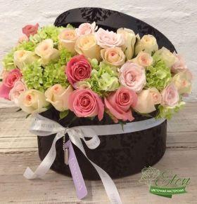 Коробка с розами и гортензиями