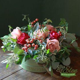 Букет из роз с красными ягодами с доставкой по Киеву