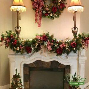Новогодний декор камина с цветами