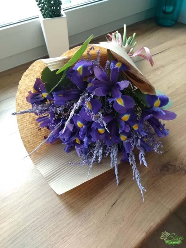 Букет ирисов с сухоцветами