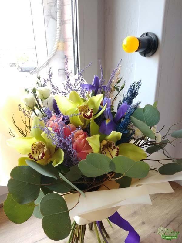 Букет из ирисов и орхидей Яркий день