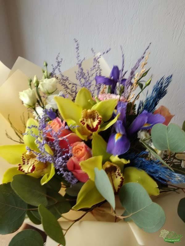 Букет из ирисов и орхидей Яркий день летний