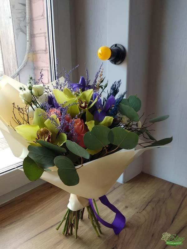 Букет из ирисов и орхидей Яркий день микс