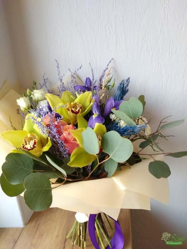Букет из ирисов и орхидей Яркий день весенний