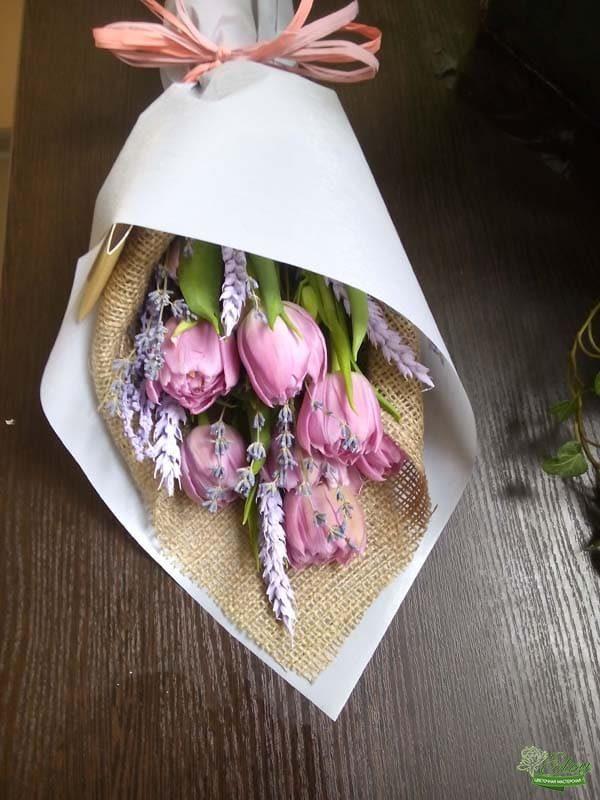 Букет тюльпанов комплимент с сухоцветами