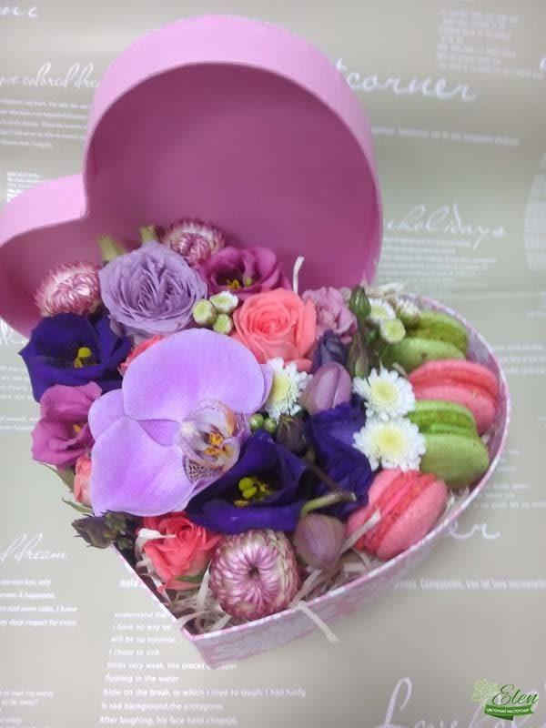 Композиция Сердце с цветами и сладостями