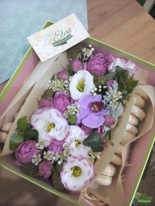Коробка со сладостями и цветами квадратная
