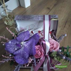 Коробочка со сладостями и цветами