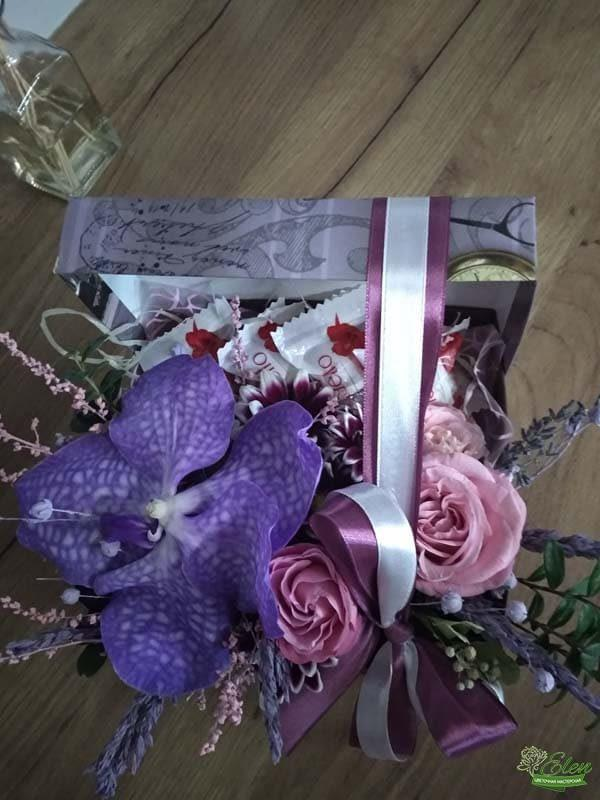 Коробочка со сладостями и цветами ванда