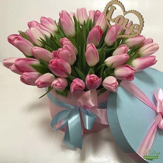 Шляпная коробка из тюльпанов