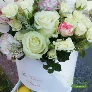 Шляпная коробка цветов и сладостей